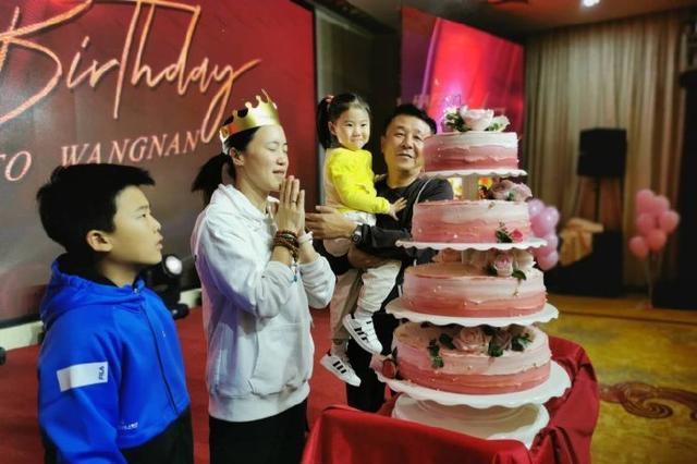 国乒大满贯王楠迎42岁生日,老公郭斌大摆宴席,当众亲吻太甜蜜