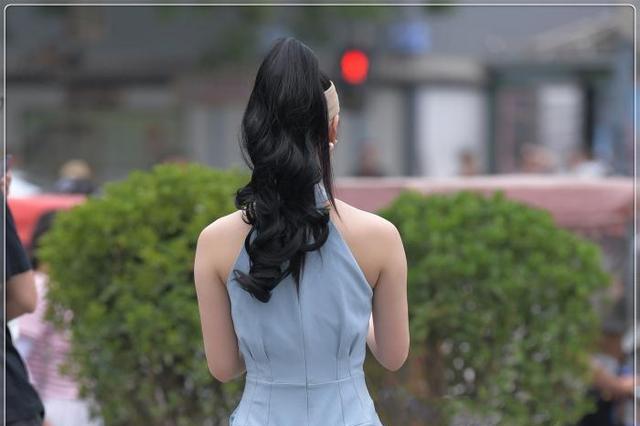 浅蓝色挂脖时尚套装,精致大气,展现女神范
