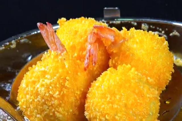 我家年夜饭的必备菜:凤尾虾球,外酥里嫩,轻松俘获小朋友的心