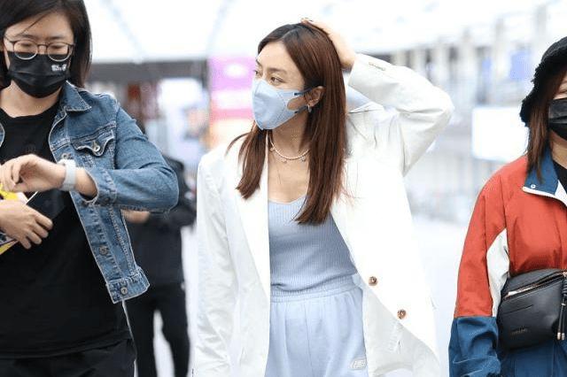 秦岚穿白色西装搭配蓝色运动裤,时尚潇洒,很有清新丽人范!