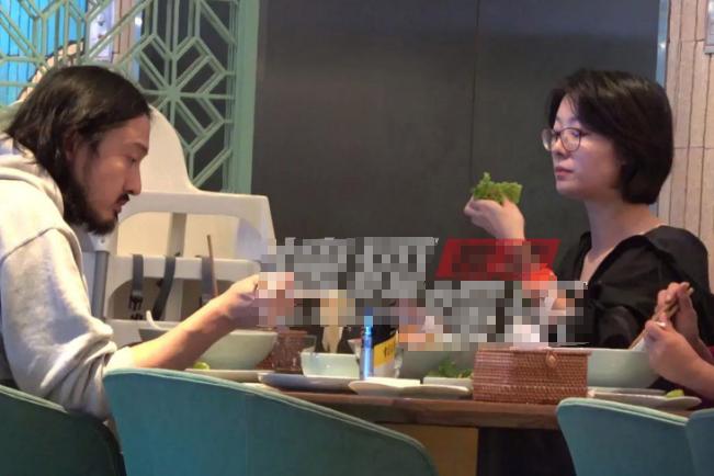 关谷君与齐溪母女外出就餐,女友为保身材只吃青菜