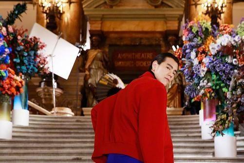 彭于晏穿着红色外套和蓝色羊毛裤出现,输给韩国人太夸张了