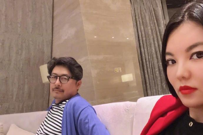 网传李湘夫妇婚变,李湘找来老公和女儿直播,力证恩爱模样很心酸