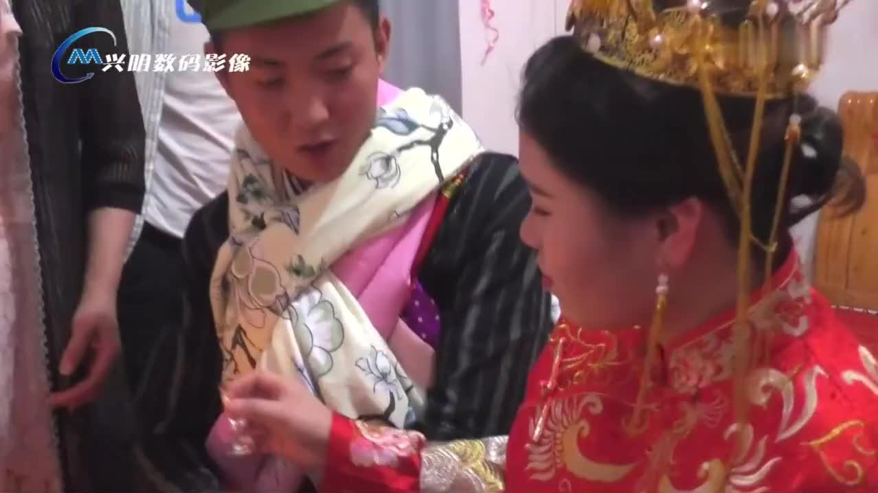 贵州小伙结婚,新娘怀孕了,双喜临门,新郎装扮好少见