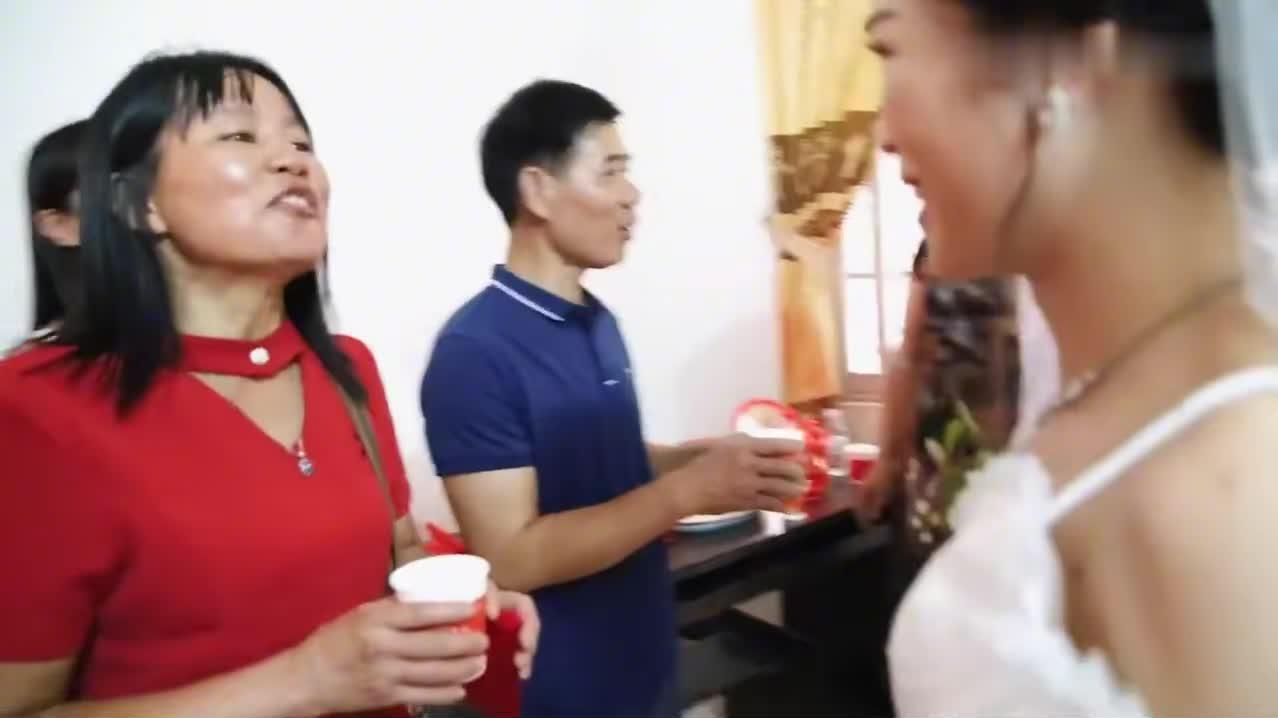 广东小伙结婚,新娘敬茶时,得了不少红包