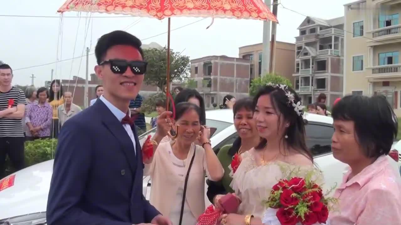 广东农村一姑娘出嫁,新郎在村口迎亲,好幸福的一对呀