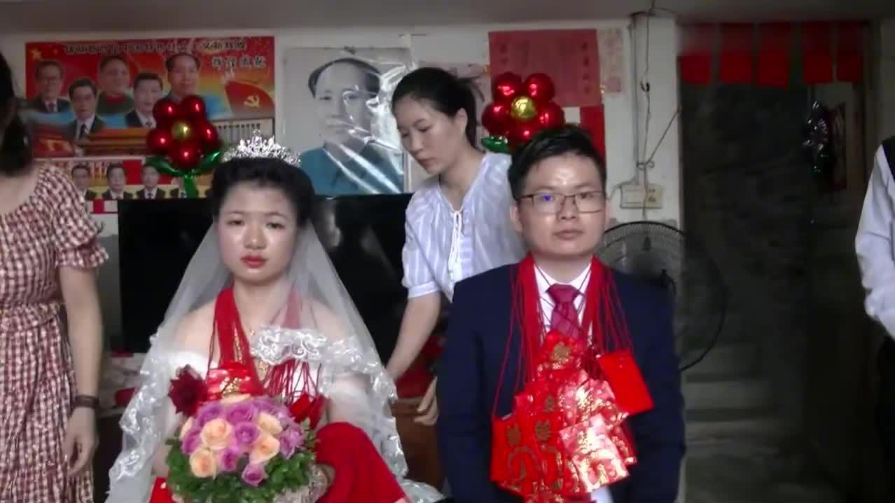 广东一对新人结婚,胸前挂满红包,新郎带着她出门了,挺漂亮