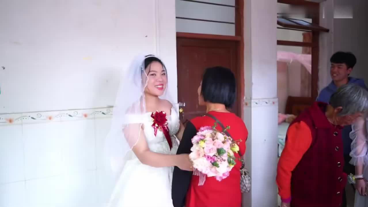 广东一姑娘出嫁,吃完饭,照张全家福,新郎带着她出门了