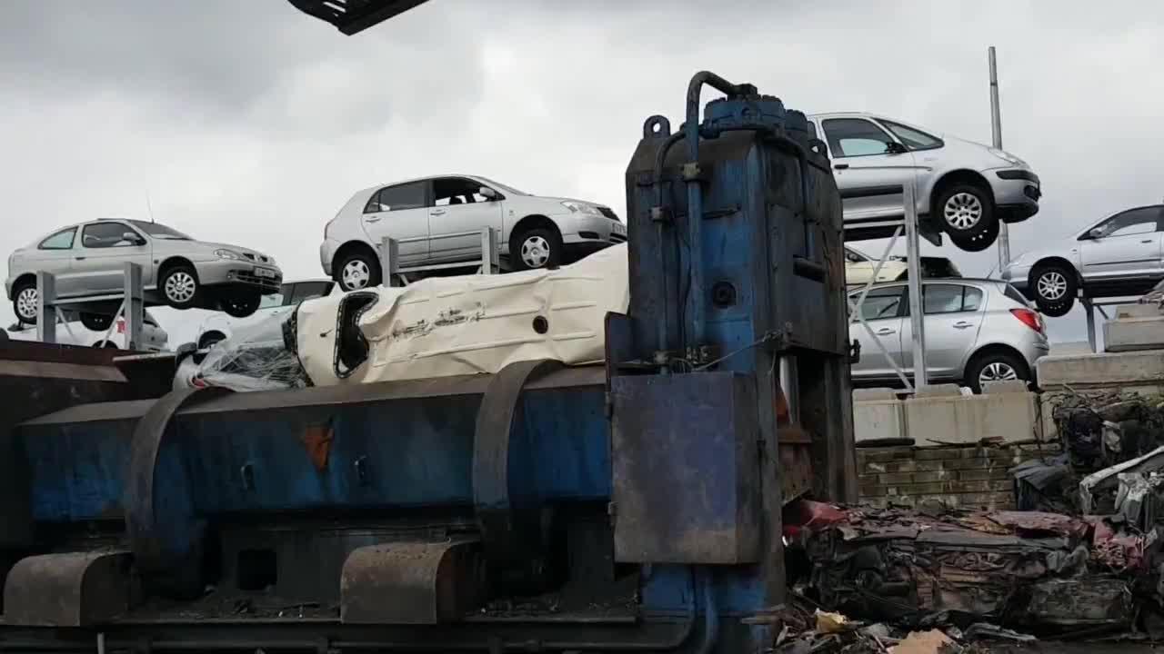 报废汽车的坟场处理方式如此粗暴分分钟变一坨废铁