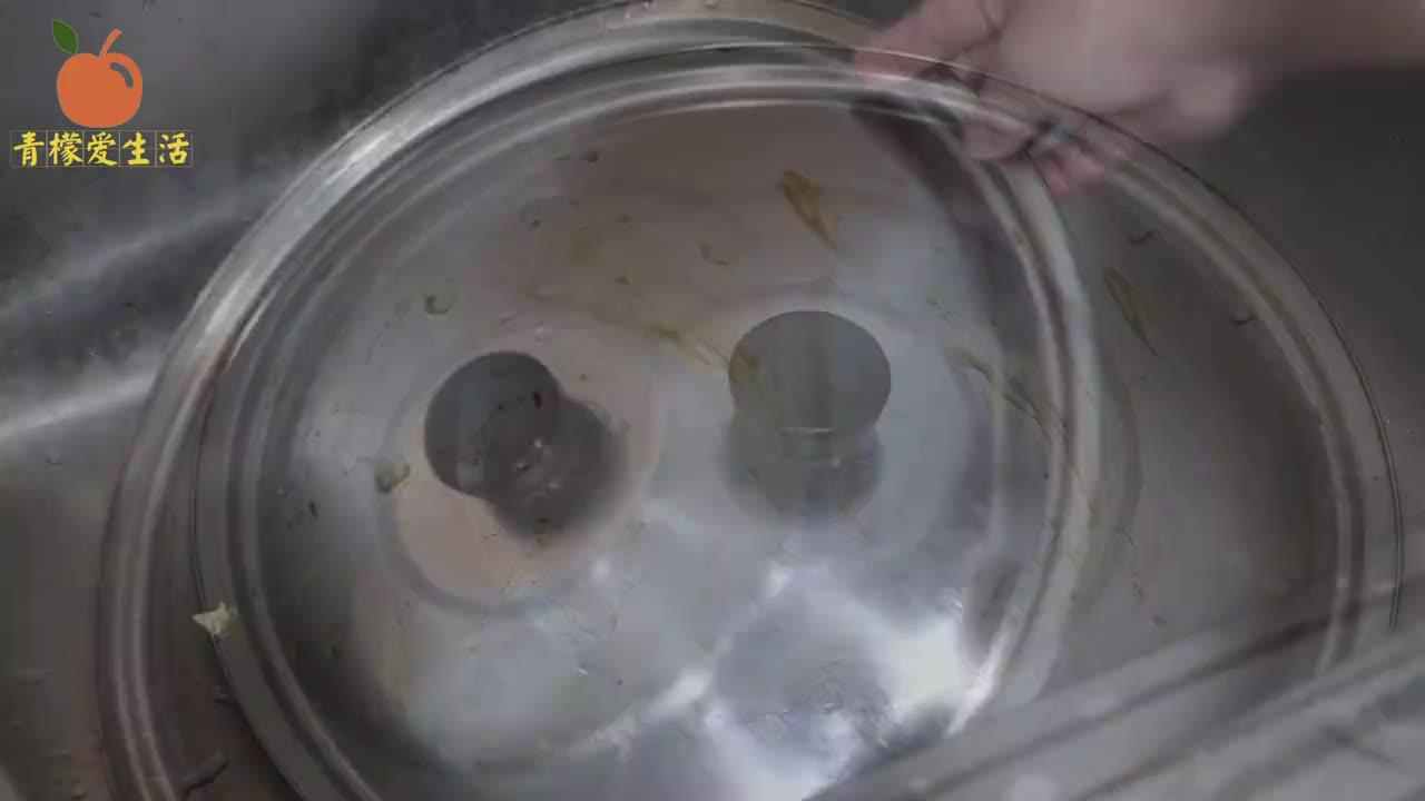 不管锅盖油污多严重,不用一滴水,油垢立马全去除,一年不用清洁