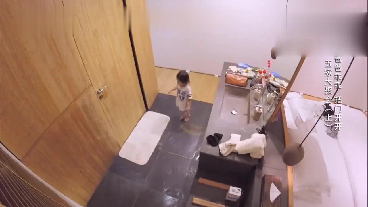 奥莉调皮趁着老爸洗澡将灯关掉 李小鹏心有余悸!