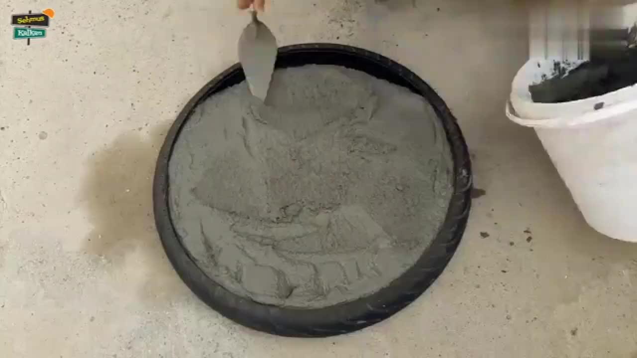小伙脑洞大开在电动车轮胎里面抹上水泥,成品让人很惊艳!