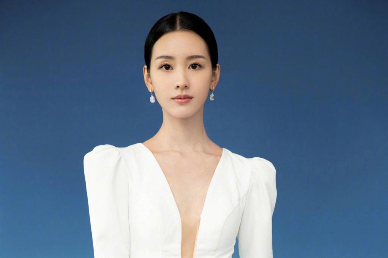 陈都灵换了风格像换了个人,一袭白色连衣裙领口开到腰,气质惊艳