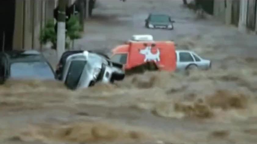 洪水汹涌澎湃,街道变汪洋,汽车都被卷翻了,太可怕了!