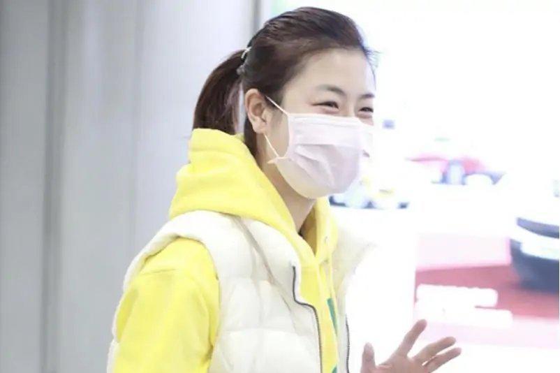 穿淡黄色卫衣清爽阳光,笑眼弯弯打招呼