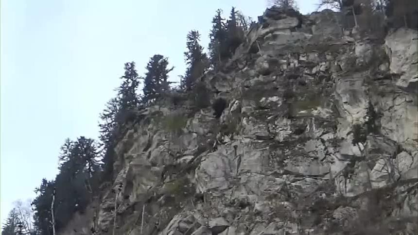 游客正在山脚休憩,突然感觉山头不对劲,赶紧拍下全程