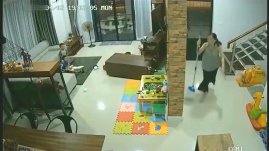 孩子独自在客厅玩耍,妈妈感觉不对狂奔而来,监控拍下瞬间