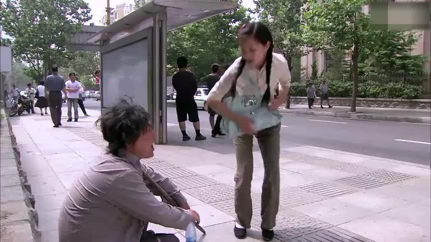 小伙在街上装乞丐要饭,姑娘认出他了,他还说他是在练习表演