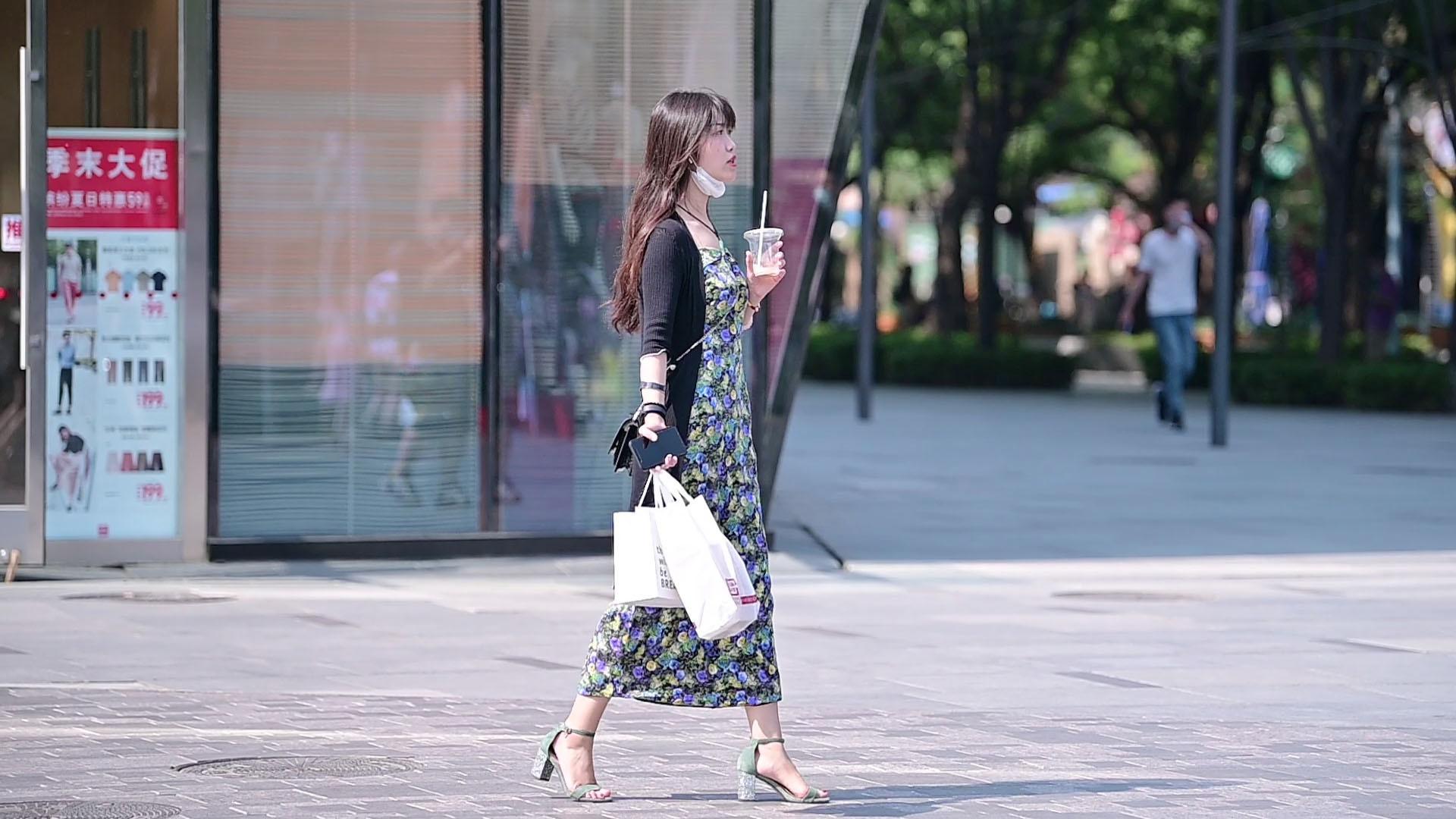 精致的姑娘,夏季逛街也要选择高跟鞋,粗跟好看还是细跟精致?