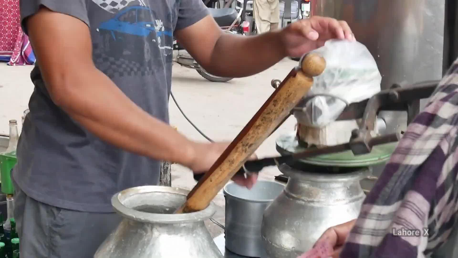 印度街头奇葩酸奶,发酵奶酪放入桶里用木棒搅一搅,太重口味了!