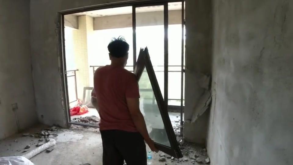 新房装修第21天:客厅光线不好,小伙把阳台拆完后,这效果真棒