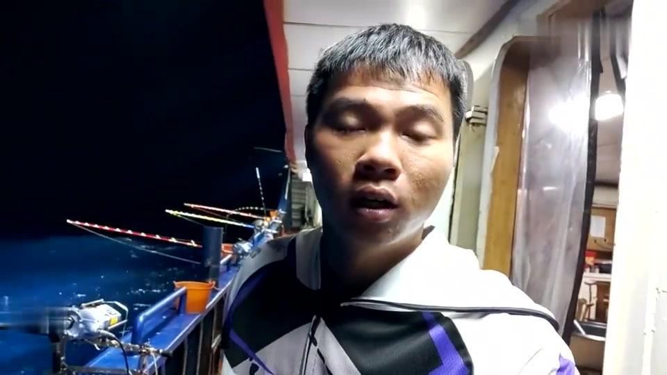 渔民远赴深海钓鱼,拉上来一条80斤的金枪鱼王,市场价值6000多元