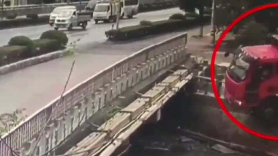 大货车撞破桥栏杆,车头悬在了半空中,山东司机打开车门就下来了