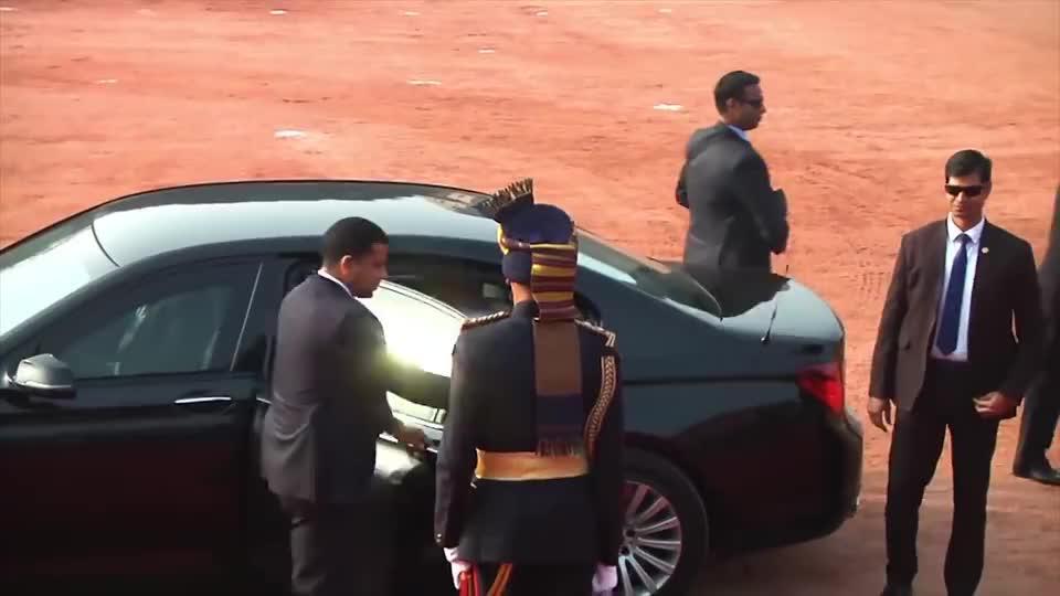 来看看莫迪总理的专车,车牌尾号4个2,就是数字不太好听!