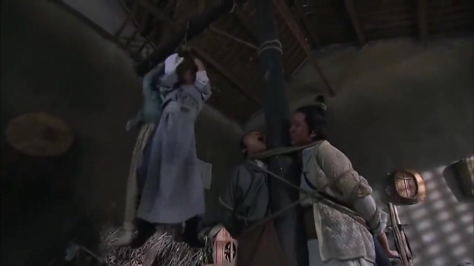 明珠游龙:皇上和宝珠被吊起来,宝珠为了自救,竟拿牙齿咬绳子