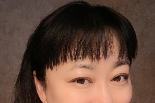 50岁的李菁菁很少在阳光下拍照,她和21岁的老公贴脸合影