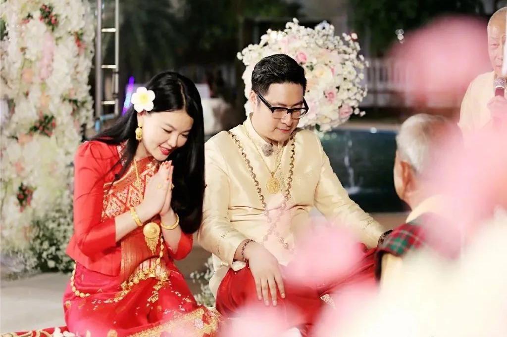 李湘夫妇有多壕气?奢侈首饰被打码,一身随意穿搭可抵一套房
