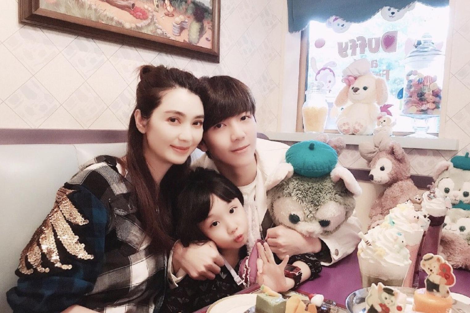 洪欣带子女游迪士尼,与蔡少芬、陈法蓉同行,唯独不见张丹峰