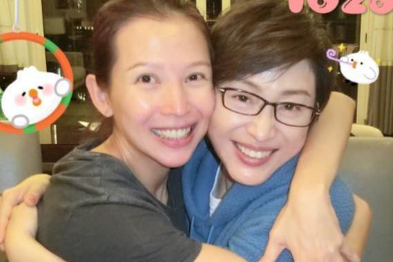 蔡少芬晒照为陈法蓉庆生,姐妹花素颜相拥,被盛赞美若少女