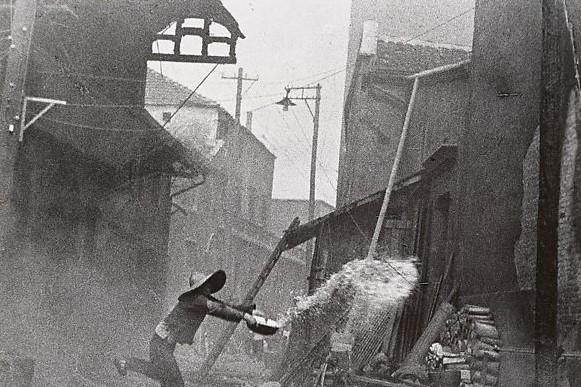 82年前旧照,日本空袭汉口,蒋介石露愁容,宋美龄看伤员