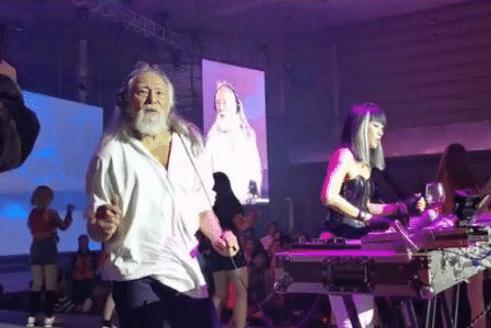 王德顺84岁依然痴迷健身,满满荷尔蒙味道,连52岁DJ女儿也冻龄