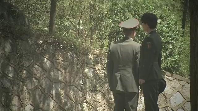 女兵带男友回家,谁料到门口男友吓得掉头就跑,这是总司令的家!