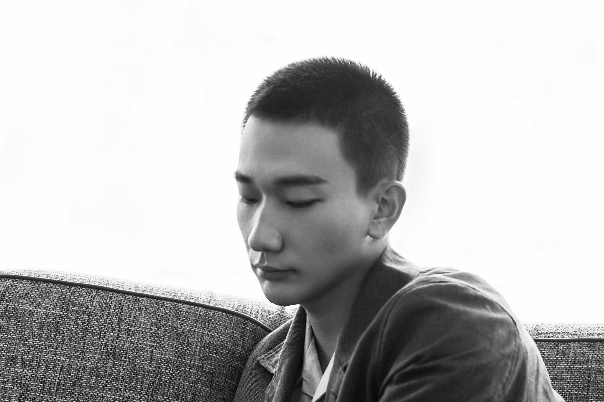 吴昊宸出席耀客传媒年度发布会 寸头造型尽显《浴火》硬汉形象