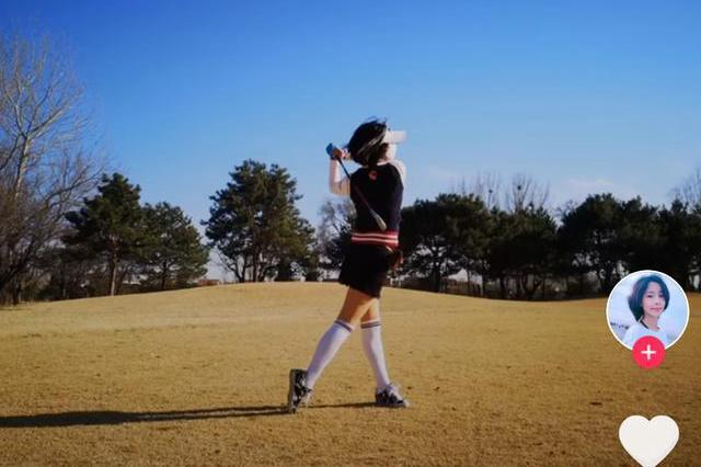 张曦文外出打高尔夫,轻松完成侧空翻,祈祷疫情早日过去