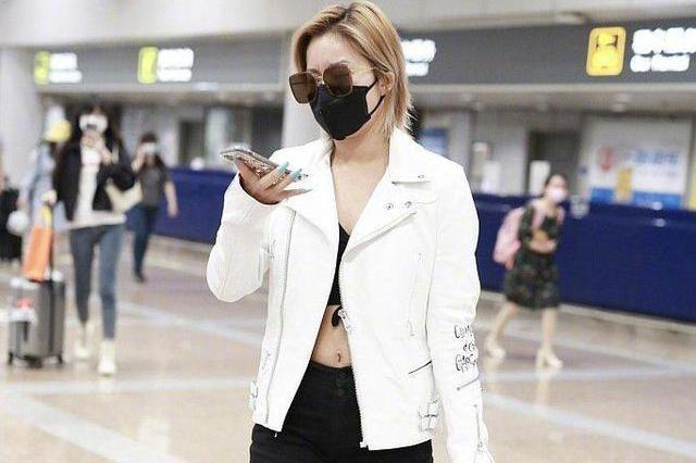 王菊越来越敢穿,白色机车外套搭配一条黑色紧身五分裤,抢眼抢镜