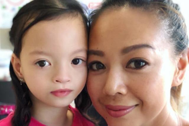 钟丽淇9岁女儿才学会走路又确诊脊柱侧弯,治疗过程忍痛不哭不闹