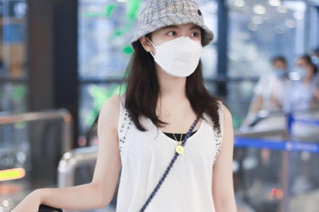 赵今麦现身机场,穿T恤休闲裤身材55分,背绿色小包格外吸睛