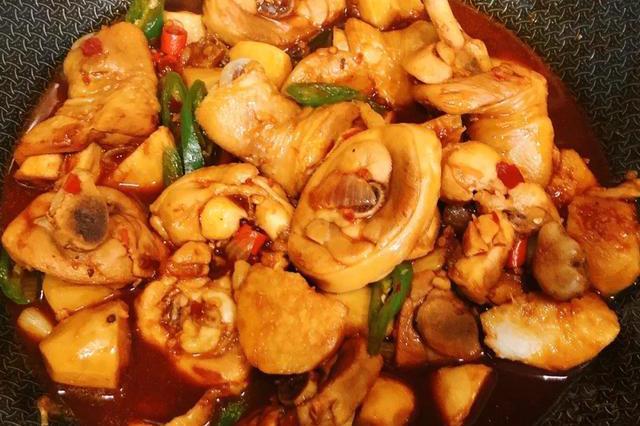 芋儿鸡这样做,简单方便,鸡肉滑嫩,芋儿软糯,好吃到连汤都喝掉