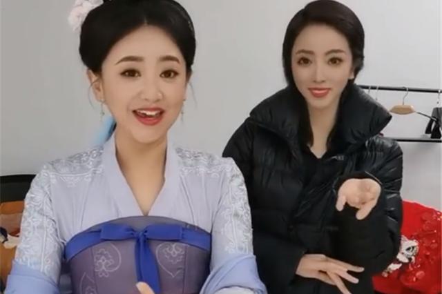 34岁李思思和月亮姐姐共跳古风舞蹈,美颜滤镜有点大,粉丝认不出