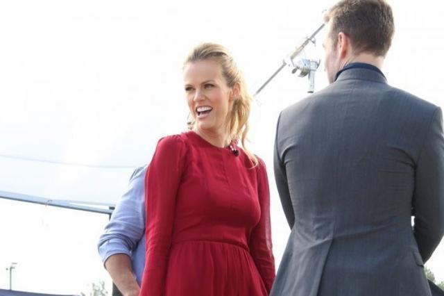 布鲁克林·戴可儿穿红色连身裙,身材高挑有型,甜美迷人!