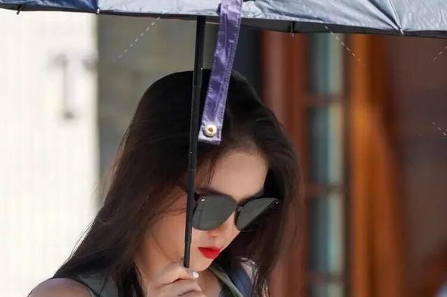 打伞女孩你最美,蓝色臀围裙和透明高跟鞋,表现出成熟优雅气质