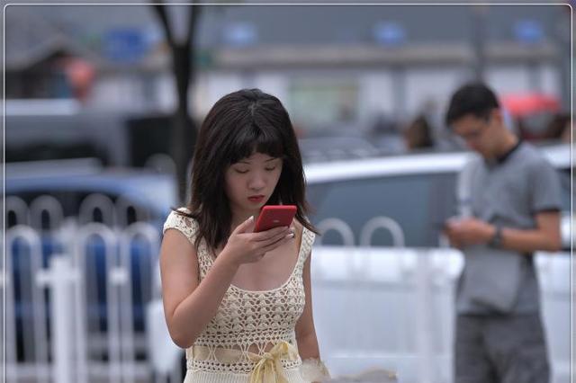 明黄色镂空长裙,温柔大气,充满文艺范