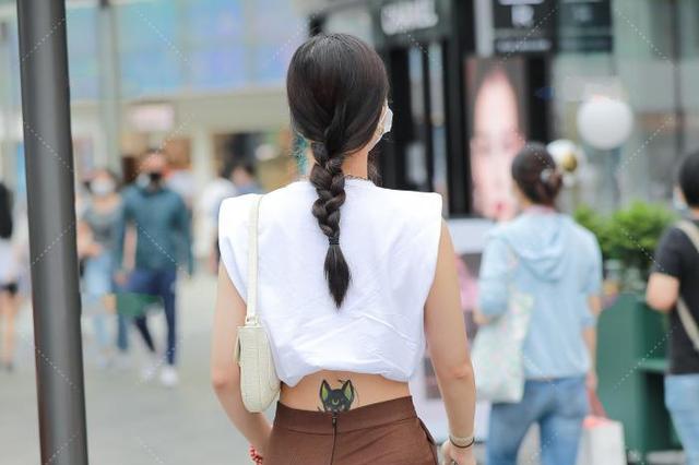 白色露脐装,搭配深棕色高腰裤,时尚精致,宛如仙女