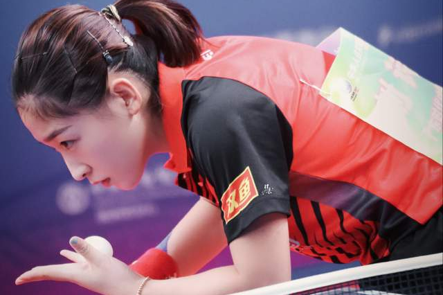 刘诗雯与许昕合练后背湿透!观赛时吃不停上热搜,出场时摸队友脸