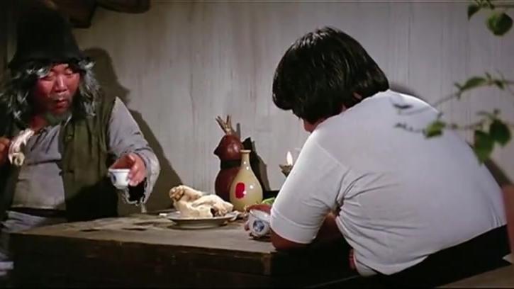 老乞丐吃白斩鸡,一块肉一口酒,别提有多香了!