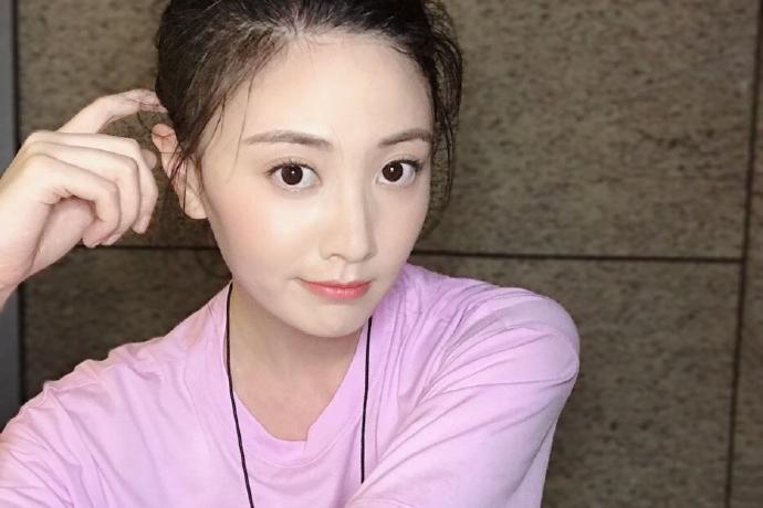 香港小姐朱晨丽迷人写真美照欣赏好时尚啊